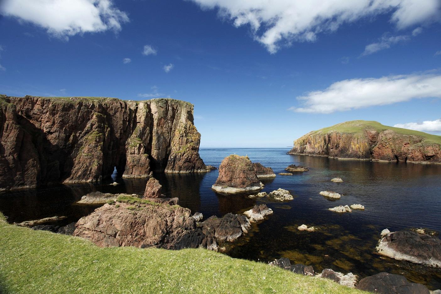 De ruige kustlijn van de Shetland Eilanden