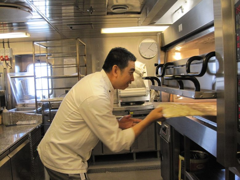Bakker Vidal aan het werk in de bakkerij van DFDS