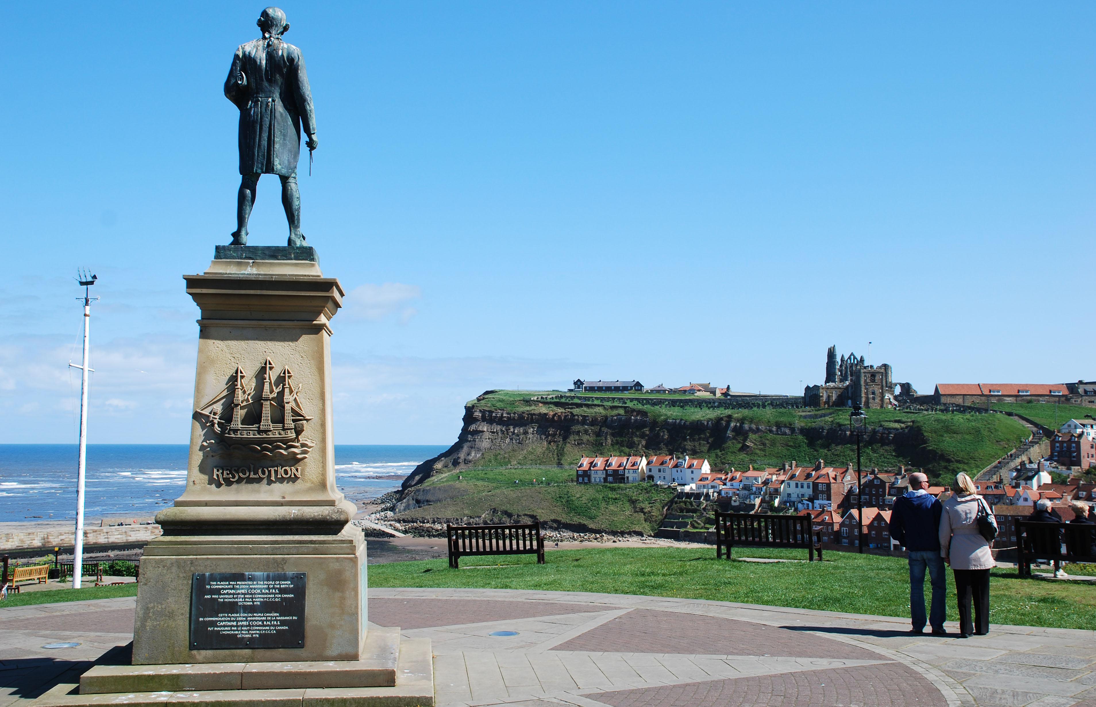 Captain Cook kijkt uit over stad en riviermonding.