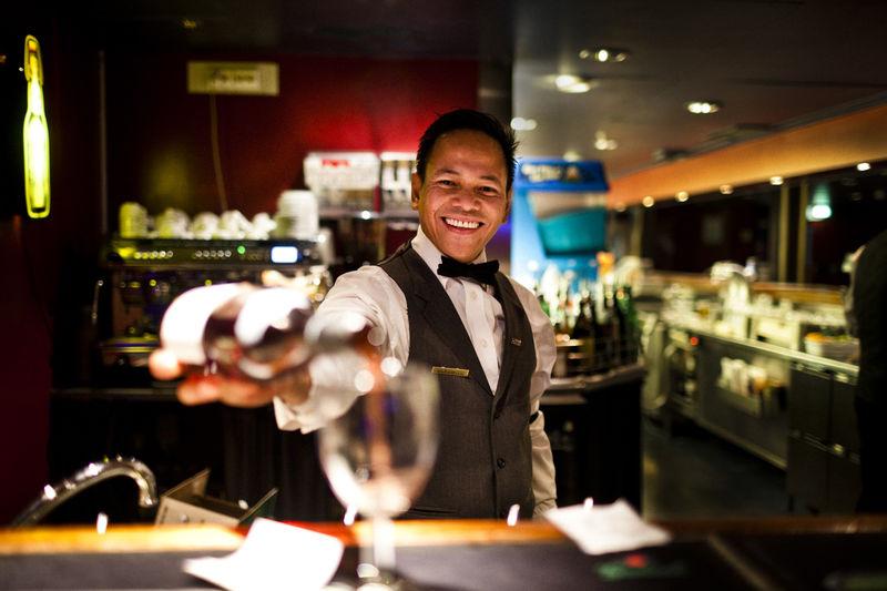 Barman aan boord bij DFDS