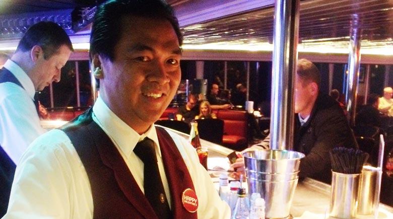 Barman Rodelio werkt al 20 jaar voor DFDS