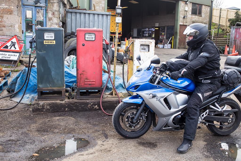 Een benzinestation (..) zoals je dat alleen in Engeland vindt.
