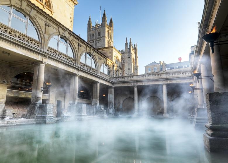 Roman bath met Bath Abbey op de achtergrond