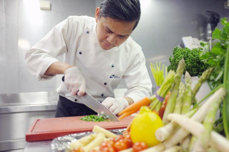De chef maakt al het lekkers klaar in het PopUp Restaurant