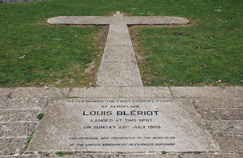 Het monument ter herdenking van de landing van Blériot