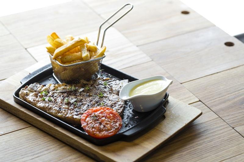 Steak en friet - een goede bodem tegen zeeziekte