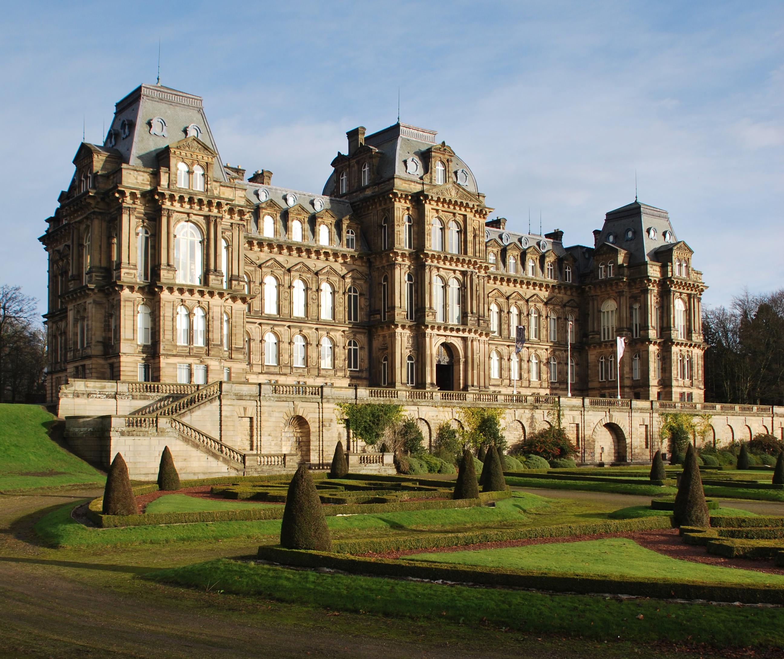 Het Bowes Museum is duidelijk ontworpen door een Franse architect.
