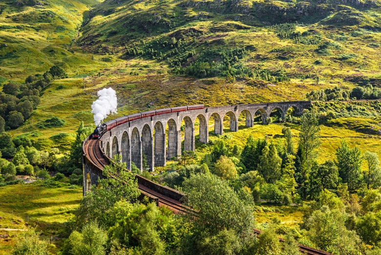 Glennfinnan - het beroemde viaduct uit de Harry Potter films - is niet ver van Fort William