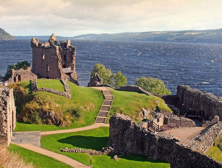 Urquhart Castle met Loch Ness op de achtergrond